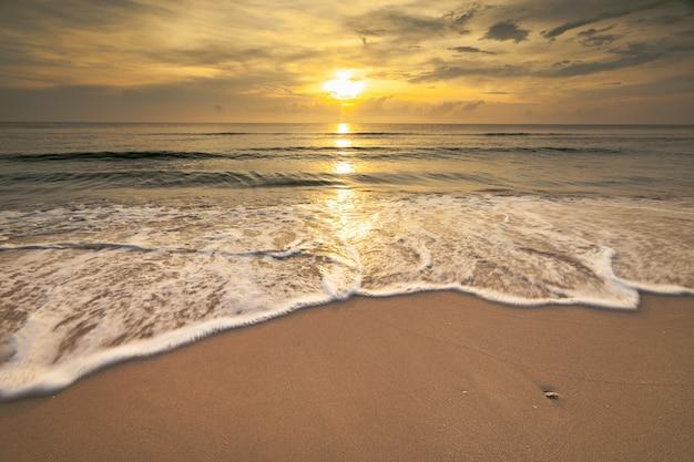 美しい海の景色と朝の時間の太陽の光