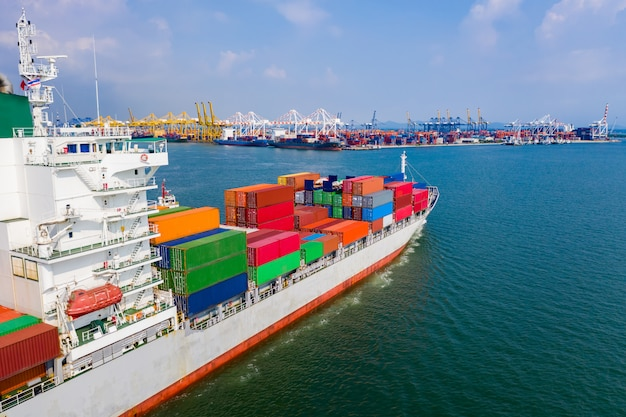 Доставка грузовых контейнерных перевозок по зеленому морю с высоты птичьего полета