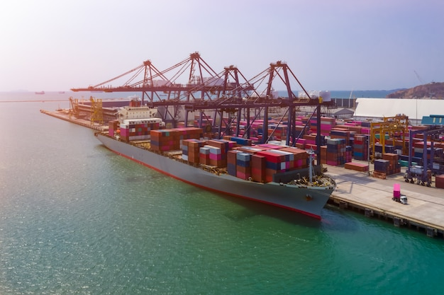 クレーン付き輸送港と輸送コンテナ