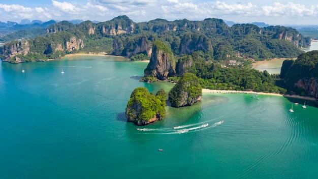 自然海の島と砂のビーチの空撮と山の緑の森