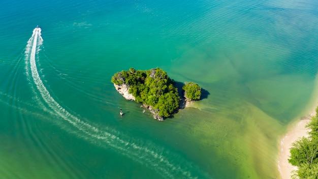 Аэрофотоснимок природа пейзаж маленький остров и туристы лодка парусный спорт на море