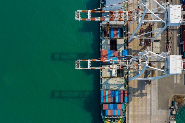コンテナー出荷ターミナルとクレーンローディングトレーラートラックトップビュー