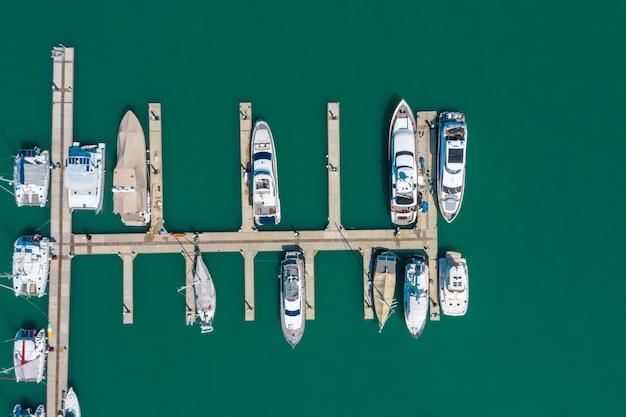 緑の海タイのプーケットヨット桟橋