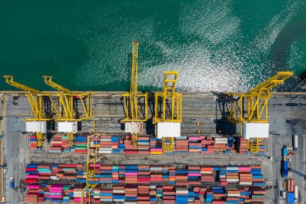 コンテナターミナルと海のクレーン