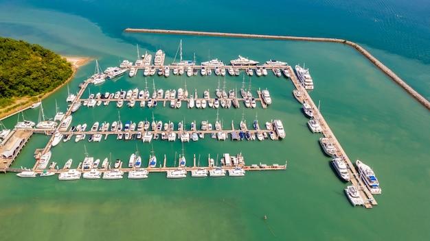 海上のヨットとスピードボートの駐車場