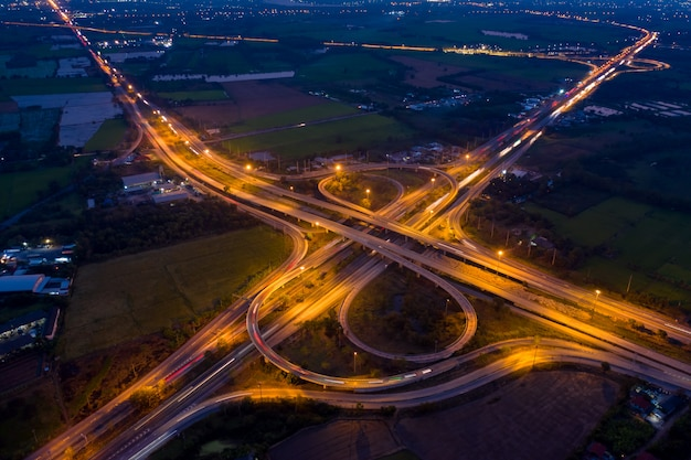 Аэрофотоснимок кольцевой дороги и развязки, связывающей город ночью