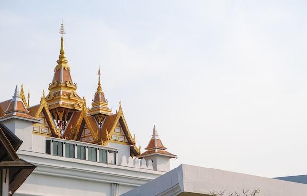 タイの美しい尖塔寺院屋根黄金色
