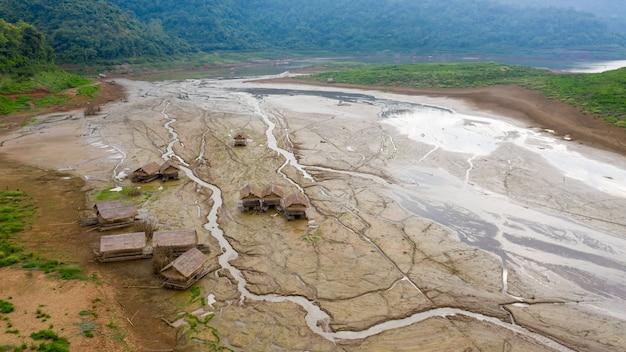 Бамбуковый плот на земле, которой не хватает воды в плотине и на горе. таиланд с высоты птичьего полета