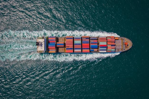 ドローンから海トップビューでセーリングの貨物船