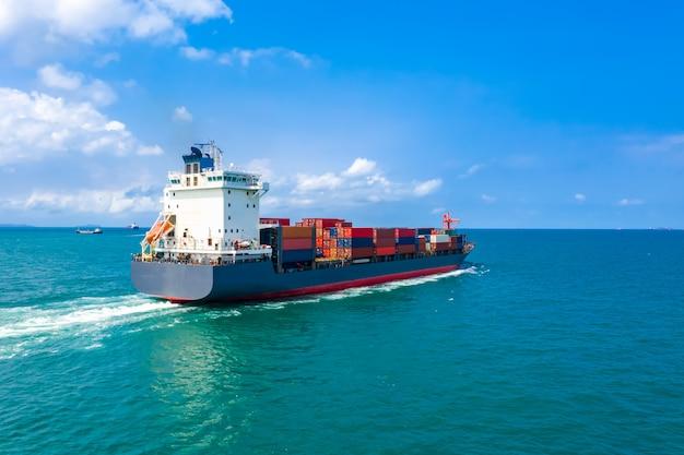 輸送コンテナー貨物物流インポートおよびエクスポートビジネスおよび産業サービスの航空写真