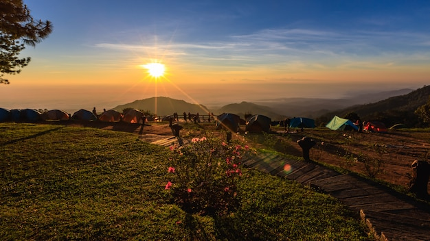 ドイアンカン山タイでの朝の霧と日の出の眺め