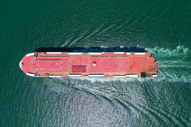 貿易港の緑の海を出荷する自動車運搬船。空中のトップビュー。