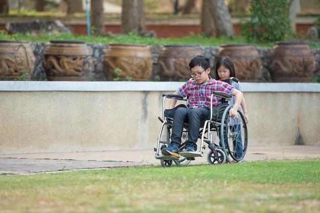 Дети, сидящие на инвалидных колясках