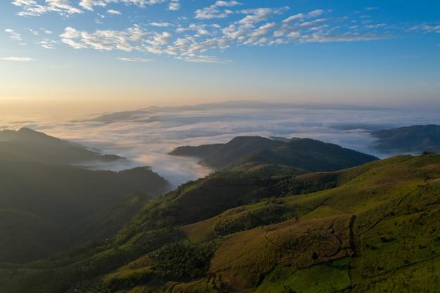 山と海の霧の朝の時間