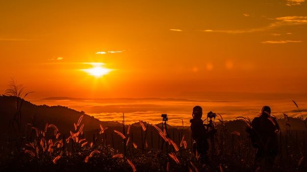 朝の時間観光でシルエット風景は山の上の日の出と霧の写真を撮る