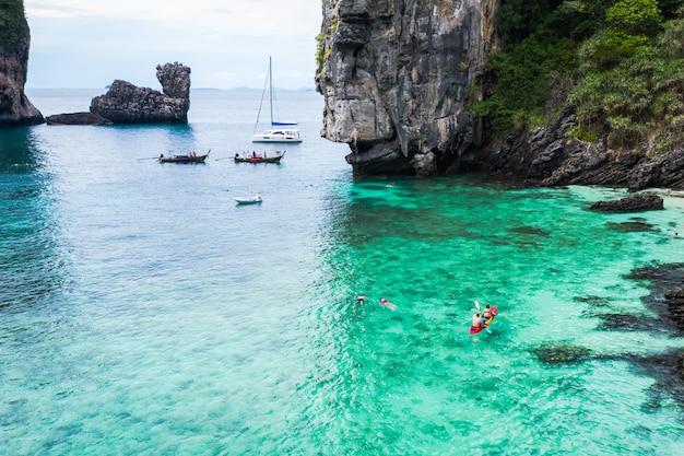 冒険スタイルこんにちは季節タイと外国の旅行旅行観光客ロングテールボートとドライブはサンゴを見ます