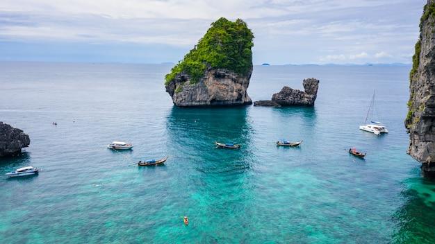 空撮ピピ島ハイシーズン夏休み観光客タイ人と外国人が海の下でロングテールボートシュノーケルを借りる