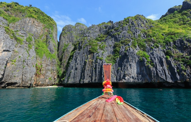 Голова длинный хвост лодки на фоне моря и скалы рок горы