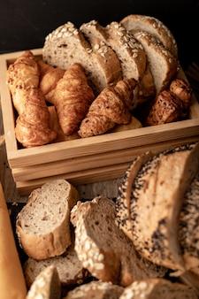木製のテーブルの上のパン屋さん
