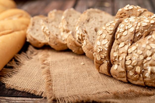 袋にスライスしたパン