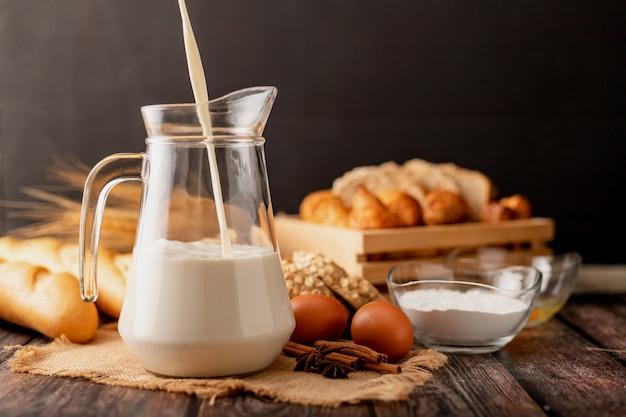Налейте молоко в кувшин, поставленный на мешок