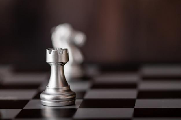 Серебряные шахматы на доске