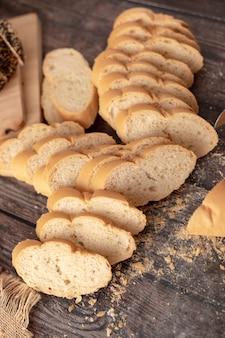 Французский хлеб нарезанный на столе
