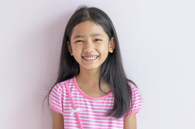 幸せで笑っているかわいいアジアの子供の肖像画。