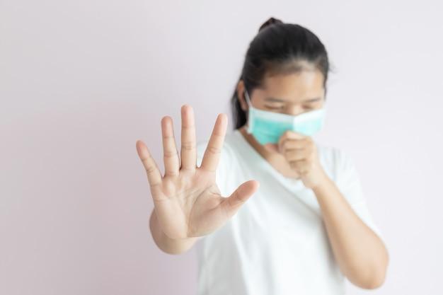 Женщины носят медицинскую маску для защиты от вспышки коронавируса в ухане.