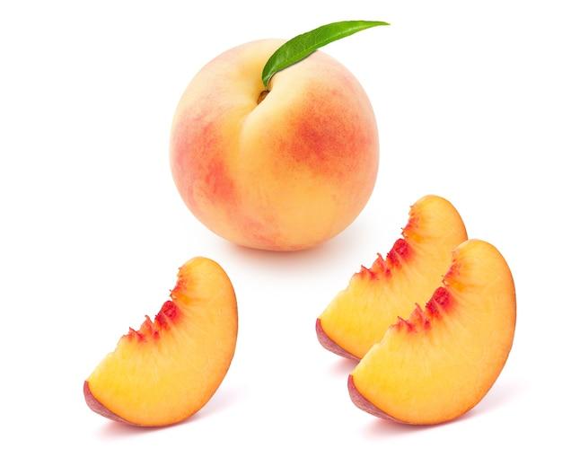 Персик с двумя ломтиками, изолированных на белом фоне