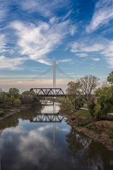 トリニティ川の反射を持つマーガレット・ハント・ヒル橋