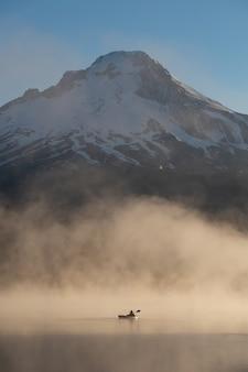 オレゴン州ポートランド、トリリュアム湖のフッド山