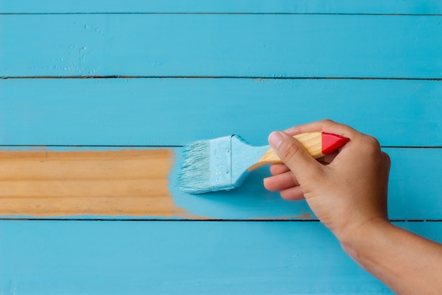 青い木製の背景を塗る。