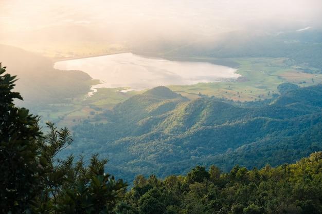 日の出中の山の風景。湖と山脈、ラムカムヘン国立公園、タイ