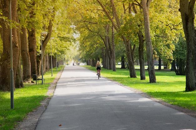 都市公園で自転車に乗っている女性。