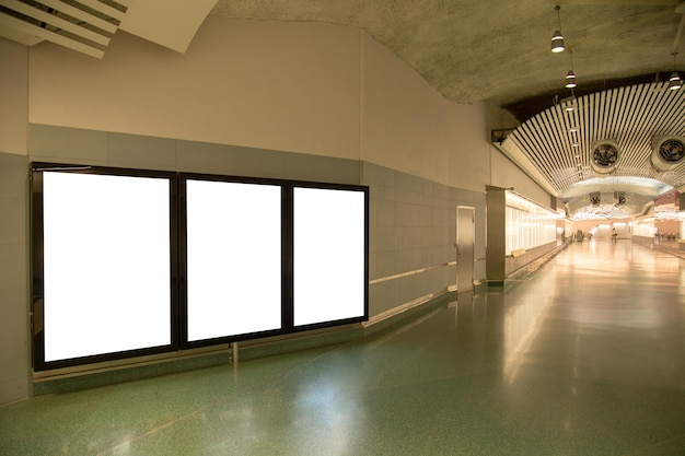 テキストメッセージまたはコンテンツのための地下鉄の空のビルボードモックアップ。