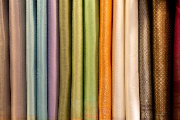 市場で販売している絹布