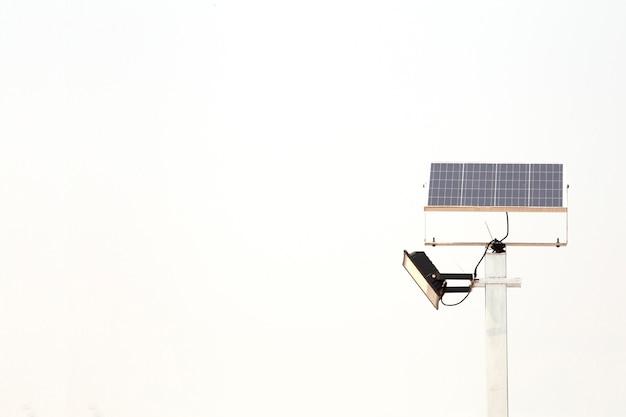 白い背景に分離された電気太陽電池ポール。代替エネルギー。