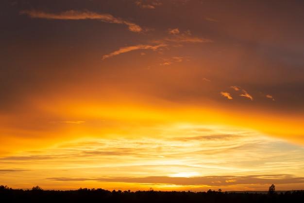 素晴らしい夕日や日の出の背景。