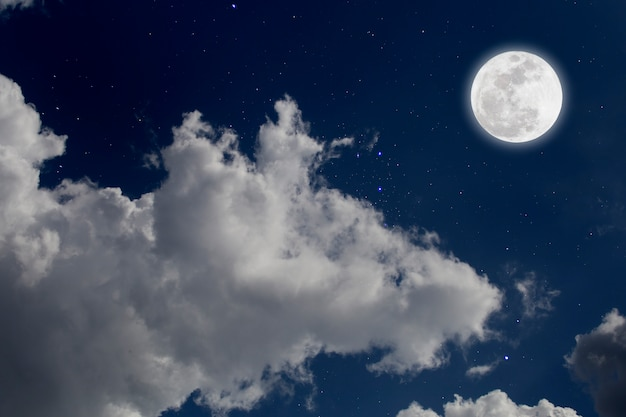 Полнолуние с предпосылкой звёздных и облаков. романтическая ночь