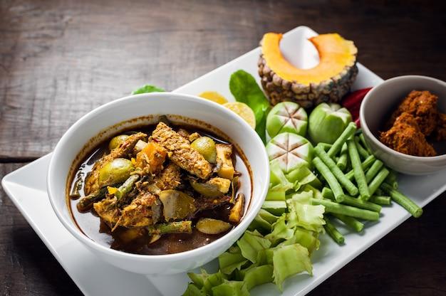 Тайская еда: виски из скумбрии распускают горячие пряные карри или рыбные органы, кислый суп.