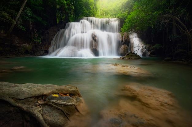 フアイ・マカンの滝、このカスケードはタイのカンチャナブリ州のエメラルドグリーンです