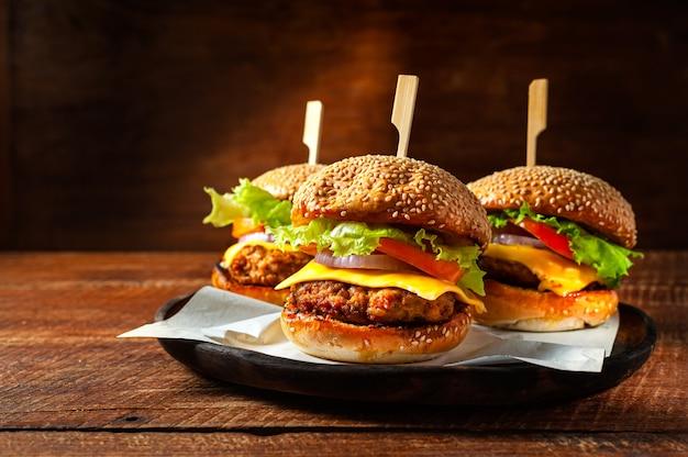 木の板においしい新鮮な自家製ハンバーガー