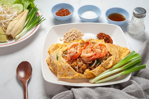 Размешайте жареные рисовые палочки или лапшу с креветками. тайская еда