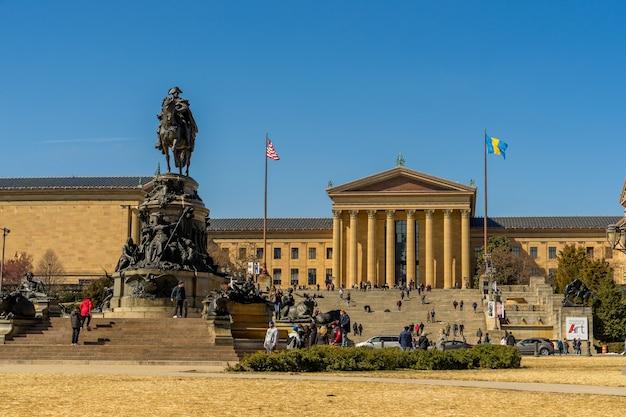 晴れた日のペンシルベニア州フィラデルフィア美術館とジョージワシントン記念塔
