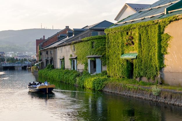 北海道、夏の日没時に小樽運河で観光船。