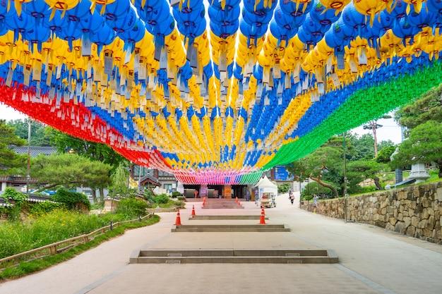 ソウルのカラフルなランタンの下で晴れた日の間に奉恩寺仏教寺院