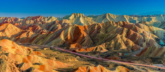 Панорама пейзажей горы радуга и голубого неба на закате в национальном геопарке чжанъе данся