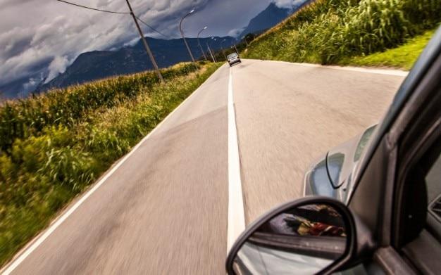 田舎道を越え運転