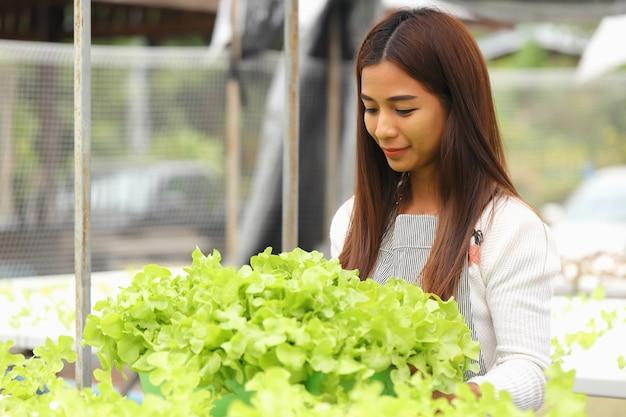 女性所有者水耕野菜農場彼女と有機野菜